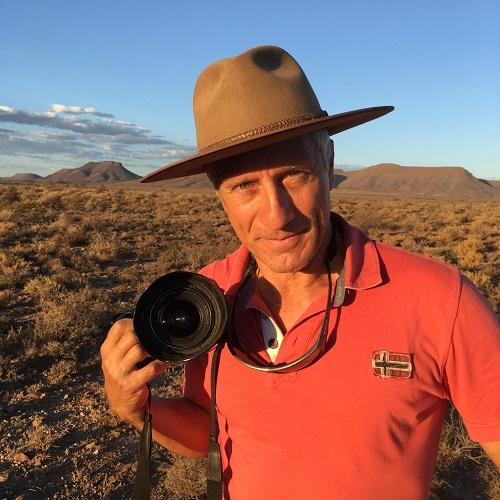 Portrait de JF Lagrot, grand reporter, avec son appareil photo